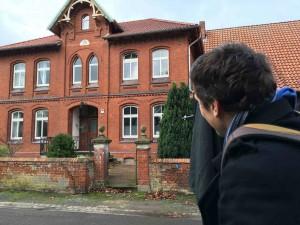Großformat: Die Villa im Visier